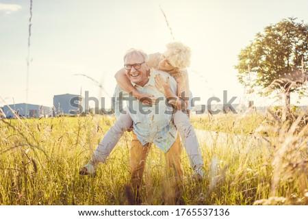 強い シニア 男 妻 ピギーバック ストックフォト © Kzenon