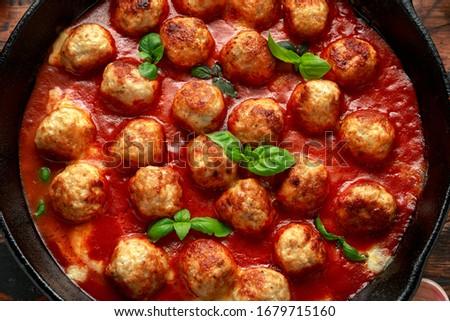 Wołowiny tradycyjny klopsiki sos pomidorowy patelnia pieprz Zdjęcia stock © DenisMArt