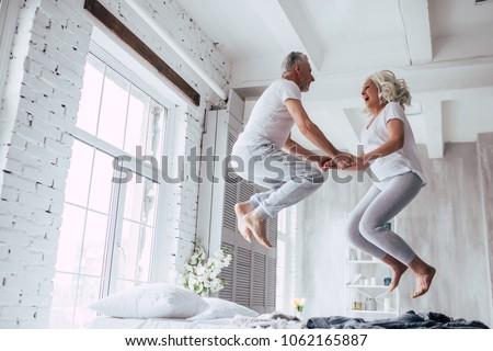 ontspannen · bed · vrouw · liefde · gelukkig - stockfoto © monkey_business