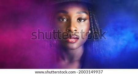 Misterioso donna elegante luce viola Hat Foto d'archivio © stryjek