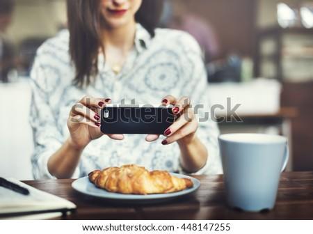 Kortárs női okostelefon elvesz fotó bögre Stock fotó © pressmaster