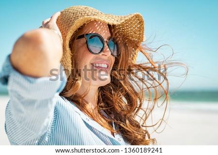 Vista laterale Hat rilassante spiaggia donna Foto d'archivio © wavebreak_media