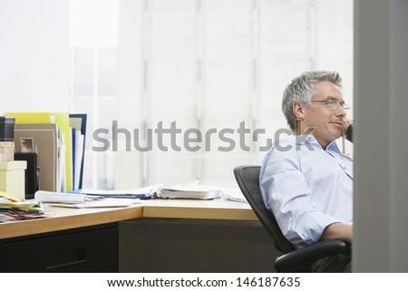 Vista lateral concentrado caucásico empresario de trabajo escritorio Foto stock © wavebreak_media