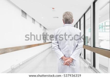 Vue arrière médecin de sexe masculin travail ordinateur clinique Photo stock © wavebreak_media