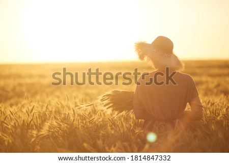 Gyönyörű nő búzamező gyönyörű nők élvezi nagyszerű Stock fotó © Anna_Om