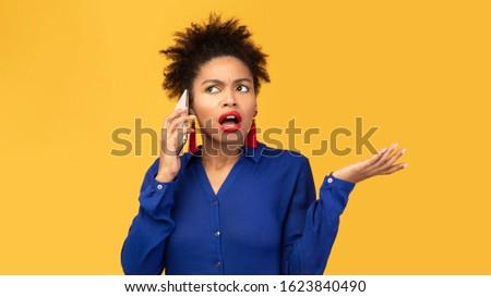 Foto stock: Retrato · zangado · feminino · olhando · celular · isolado