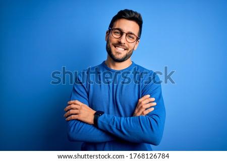 Feliz homem imagem sem camisa posando câmera Foto stock © pressmaster