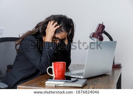 infeliz · mujer · mirando · hacia · abajo · gafas · posando · mano - foto stock © wavebreak_media