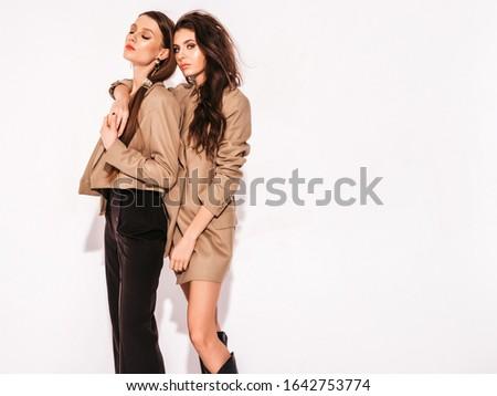 sedutor · mulher · longo · cabelos · cacheados · posando - foto stock © pawelsierakowski