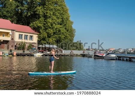 Stockfoto: Surfer · meisje · sluiten · water · stad · strand