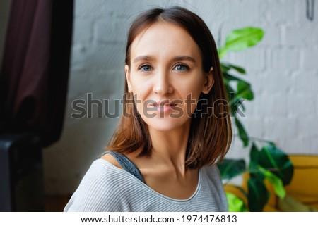 Kép elégedett barna hajú nő póló beszél Stock fotó © deandrobot