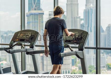 Man lopen gymnasium tredmolen groot stad Stockfoto © galitskaya