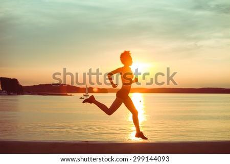 Jonge slank vrouw jogging schemering zonsondergang Stockfoto © boggy