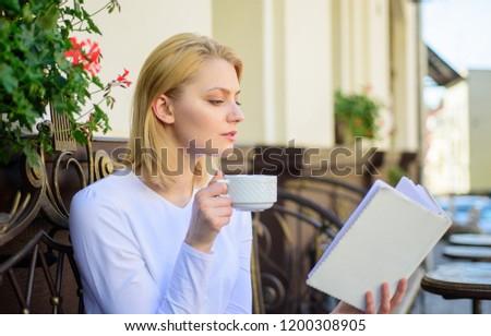 Csinos szőke lány olvas könyv cappucchino Stock fotó © pressmaster