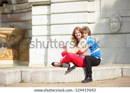 Piękna uśmiechnięty miłości para posiedzenia fontanna Zdjęcia stock © boggy
