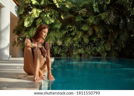 Femme piscine hôtel Resort tropiques belle Photo stock © Kzenon