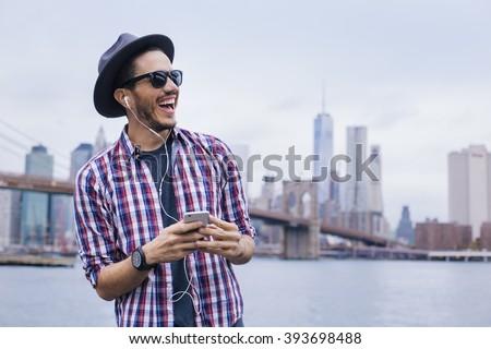 Jeune homme écouter de la musique rue de la ville musique téléphone homme Photo stock © galitskaya