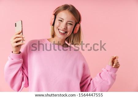 geïsoleerd · vrouw · genieten · luisteren · naar · muziek · kijken · hemel - stockfoto © wavebreak_media