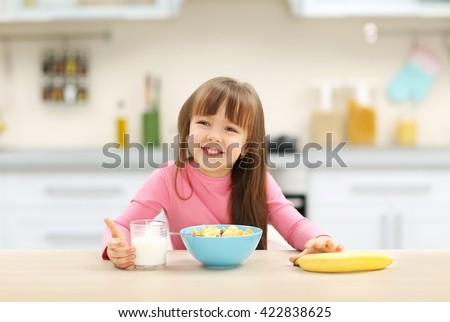 Zdjęcia stock: Piękna · dziewczynka · jedzenie · śniadanie · kuchnia · domu
