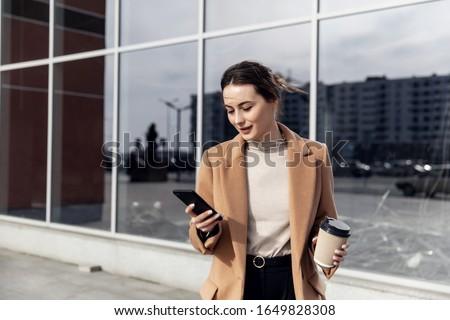 Stock fotó: Fiatal · üzletasszony · mobiltelefon · utca · derűs · üzlet