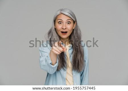Megrémült izgatott nő pózol izolált szürke Stock fotó © deandrobot
