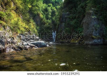 Cachoeira lago outono montanhas famoso árvore Foto stock © olira