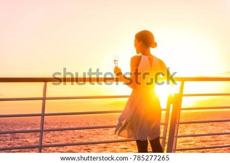 Luksusowe statek wycieczkowy miesiąc miodowy wakacje kobieta pitnej Zdjęcia stock © Maridav