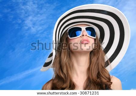 Fata frumoasa ochelari de soare Blue Sky portret frumos Imagine de stoc © bartekwardziak