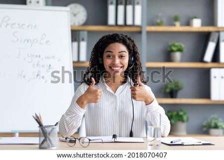 Cute vrouwelijke leraar tonen lege Blackboard Stockfoto © wavebreak_media