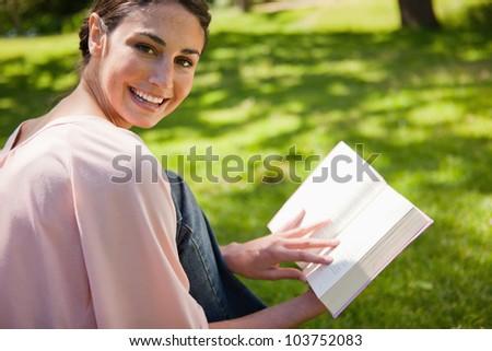 nő · külső · lefelé · olvas · könyv · fű - stock fotó © wavebreak_media
