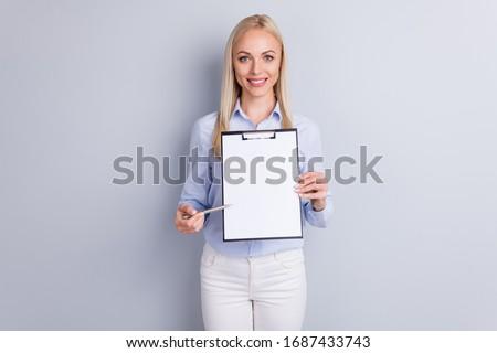 Portrait jeunes femmes pointant blanche Photo stock © wavebreak_media