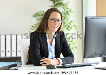 Gelukkig jonge vrouwelijke business leider naar Stockfoto © pressmaster
