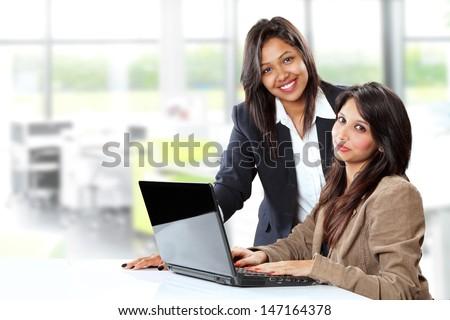 カリスマ的な 女性実業家 ラップトップを使用して 孤立した 白 女性 ストックフォト © wavebreak_media