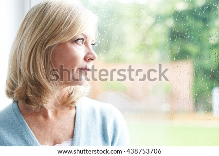 Mujer madura mirando deprimido mujer negro pensando Foto stock © bmonteny
