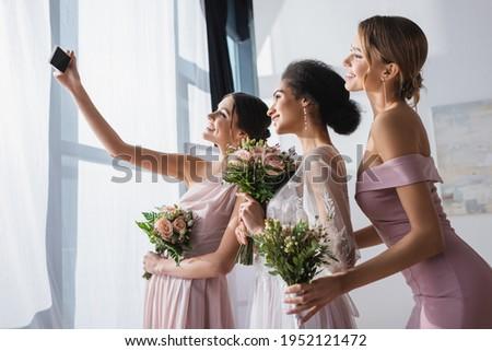 Bruid boeket mobiele telefoon vergadering Stockfoto © wavebreak_media