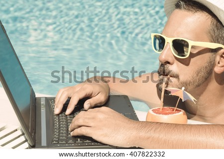 Jovem freelance trabalhando férias piscina praia Foto stock © galitskaya