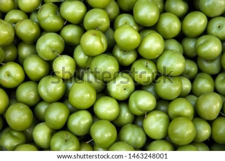 Halom friss organikus zöld szilva utca Stock fotó © boggy