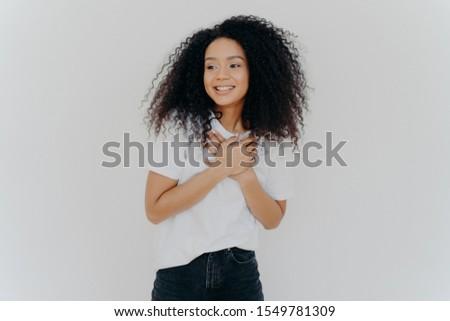 Foto Mädchen glücklich beide Hände Brust Aussehen Stock foto © vkstudio