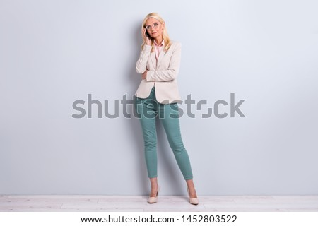 Modieus volwassen zakenvrouw smartphone portret positief Stockfoto © pressmaster
