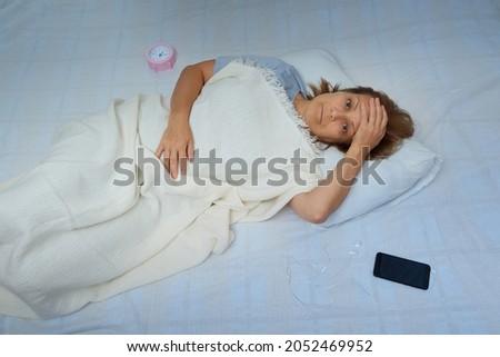 érett · nő · alszik · éjszaka · idő · nő · álmatlanság - stock fotó © tab62