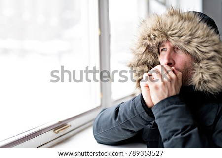 Adam sıcak tutacak giysiler duygu soğuk içinde ev Stok fotoğraf © Lopolo