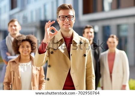 Grupo sorridente estudantes sinal da mão Foto stock © dolgachov