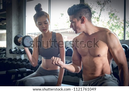 ストックフォト: セクシー · フィットネス女性 · 訓練 · ダンベル · 美人 · 座って