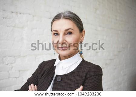 sonriendo · altos · mujer · de · negocios · armas · doblado · mujer · de · negocios - foto stock © stockyimages