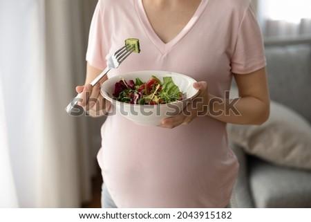 mulher · jovem · oferta · peça · pepino · jovem · feliz - foto stock © Rob_Stark