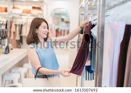 lány · kalap · butik · hátulnézet · mosolyog · fiatal · nő - stock fotó © hasloo