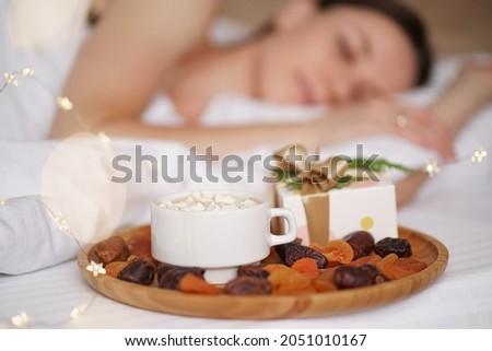 nő · alszik · ágy · fókusz · szemek · munka - stock fotó © deandrobot