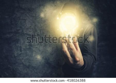Kapucnis személy tart villanykörte szimbólum új Stock fotó © stevanovicigor