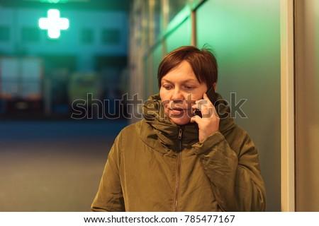 aggódó · nő · okostelefon · ideges · zaklatott · tart - stock fotó © stevanovicigor