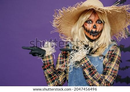 Mujer bruja senalando hasta espacio de la copia aislado Foto stock © deandrobot